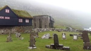 Kirkjugarðurinn og gamla kirkjan.